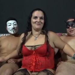 Lola, viuda desde hace 2 años, ha conocido el mundo liberal y ahora quiere conocer el mundo del porno